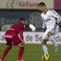 El delantero portugués del Real Madrid Cristiano Ronaldo (d) intenta marcharse del defensa del Mallorca Joaquín Navarro (i), durante el partido correspondiente a la novena jornada de la Liga de Primera División disputado en el Iberostar Estadi de Palma. EFE