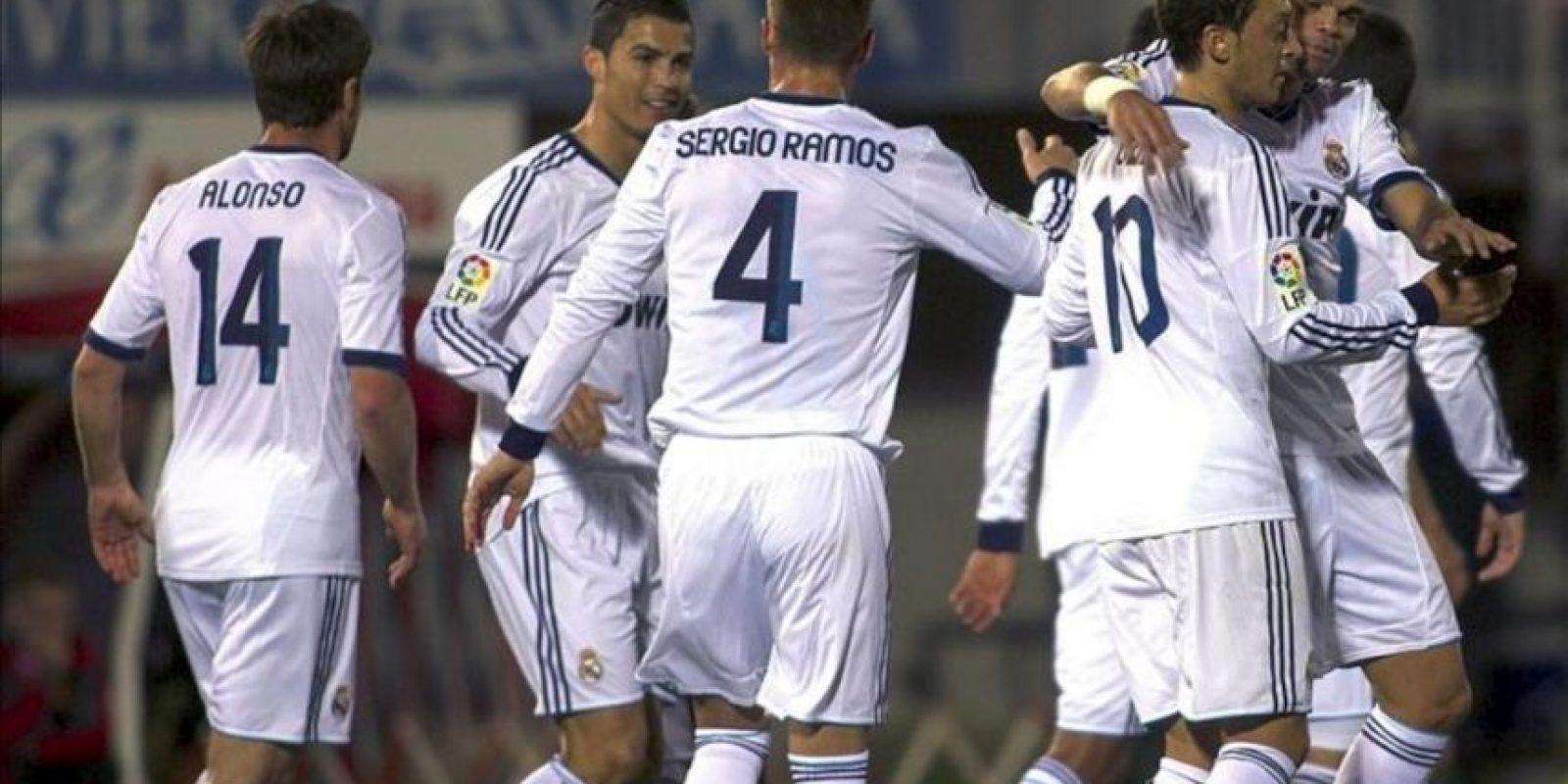 Los jugadores del Real Madrid celebran uno de sus goles durante el partido frente al Mallorca, correspondiente a la novena jornada de la Liga de Primera División disputado en el Iberostar Estadi de Palma. EFE