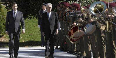 El jefe del Ejecutivo, Mariano Rajoy (i), ha recibido hoy con honores militares en el Palacio de la Moncloa al primer ministro italiano, Mario Monti, antes del comienzo de la XVII cumbre bilateral, centrada en la crisis económica que atraviesan ambos países y en la necesidad de una respuesta europea concertada. EFE