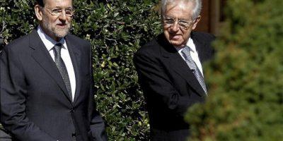 El jefe del Gobierno español, Mariano Rajoy (i), y el primer ministro de Italia, Mario Monti, que presiden hoy en Madrid la cumbre hispano-italiana, que ratificará el frente común que mantienen ambos países en la UE, a su llegada al Palacio de La Moncloa. EFE