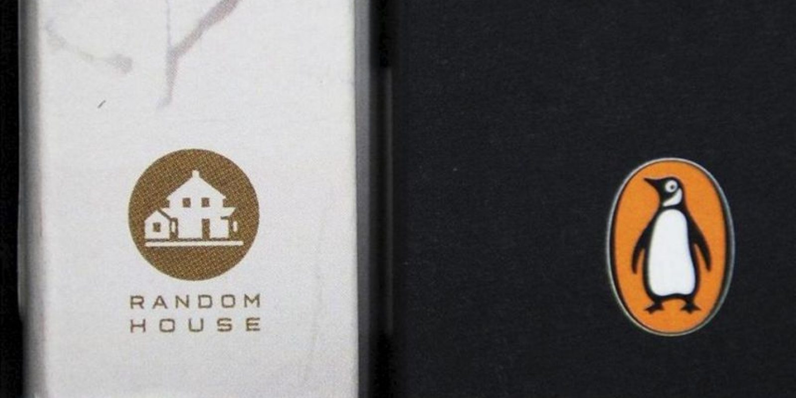 Un libro de la editorial Penguin (der), junto a otro libro de la editorial Random House (izq) expuestos en una estantería de una librería de Londres (Reino Unido). EFE