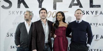 """De iz. a dr., el director Sam Mendes y los actores Javier Bardem, Naomie Harris y Daniel Cragi, durante el pase gráfico de la presentación hoy en Madrid de """"Skyfall"""", la última cinta de James Bond. EFE"""