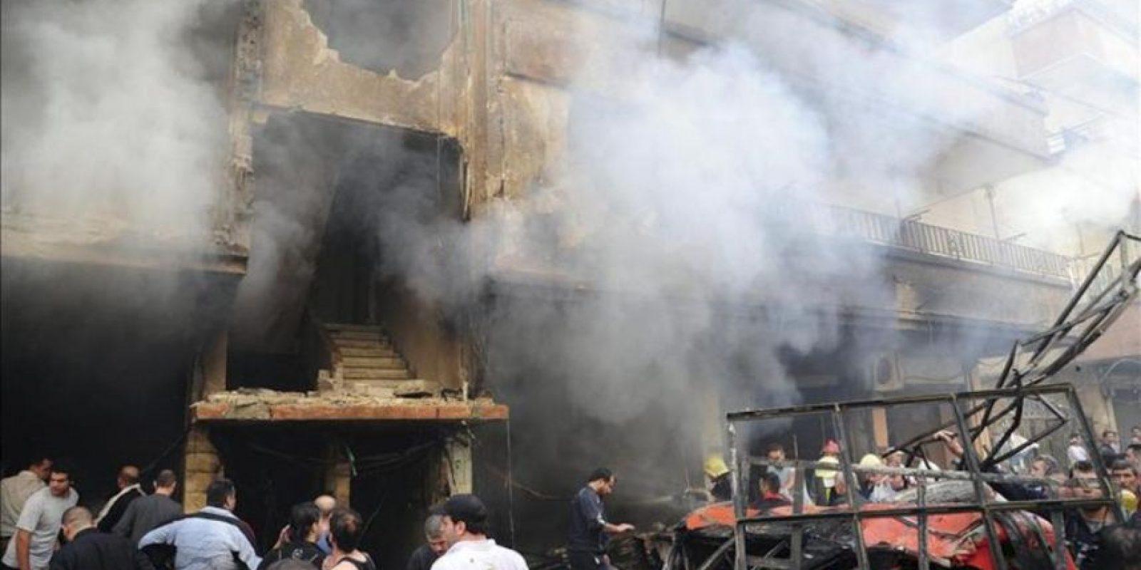Imagen distribuida por la Agencia de Noticias siria Sana que muestra a un grupo de sirios inspeccionando los edificios dañados tras la explosión de un coche bomba en la zona de Al Rawda, en Jaramana, al sur de Damasco, hoy lunes 29 de octubre. EFE