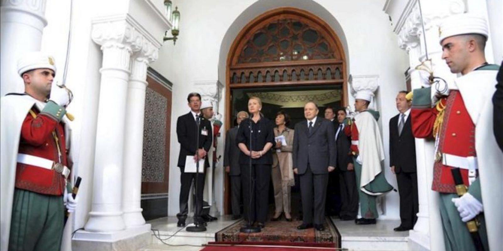 El presidente argelino Abdelaziz Bouteflika (cd) y la secretaria de Estado estadounidense Hillary Clinton (ci) comparecen ante los medios tras el encuentro que han mantenido en el palacio Mouradia de Argel, Argelia, hoy, lunes, 29 de octubre de 2012. EFE