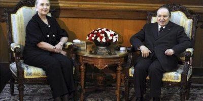 El presidente argelino Abdelaziz Bouteflika (d) durante el encuentro con la secretaria de Estado estadounidense Hillary Clinton (i) en el palacio Mouradia de Argel, Argelia, hoy, lunes, 29 de octubre de 2012. EFE