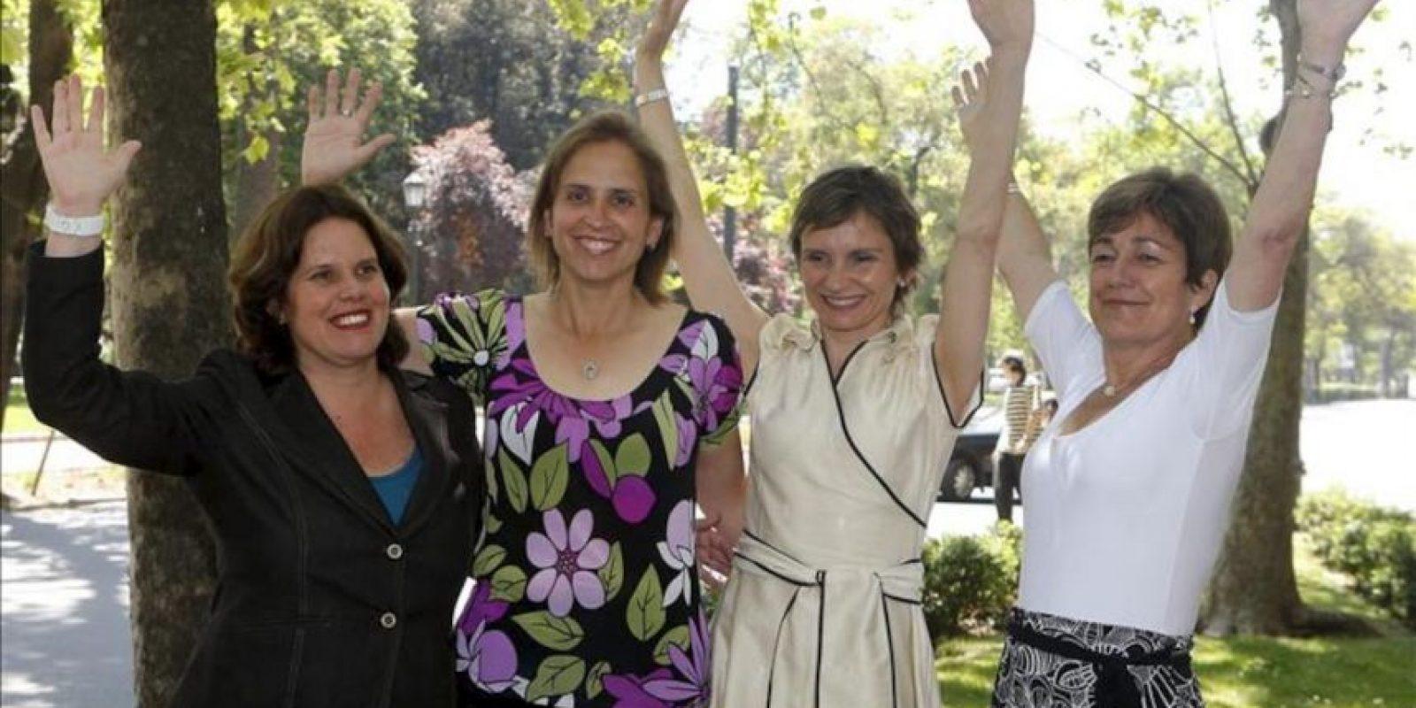 De izquierda a derecha las candidatas electas Maya Fernández Allende, Carolina Leitao, Carolina Tohá y Josefa Errazuriz conversan durante un desayuno en una cafetería de Santiago de Chile, en compañía de otros alcaldes electos en las elecciones municipales que se celebraron ayer en Chile. EFE