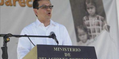 El ministro salvadoreño de Relaciones Exteriores, Hugo Martínez, habla en un acto en San Vicente (El Salvador) en el que el Estado salvadoreño pidió perdón y reconoció su responsabilidad por la desaparición forzada de los hermanos Contreras y otros tres niños durante la guerra civil (1980-1992). EFE