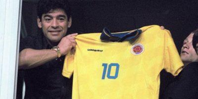 Desde su palco, en La Bombonera, Maradona muestra la camiseta número 10 del 'Pibe' Valderrama Foto:AFP