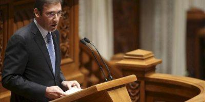 El primer ministro portugués, Pedro Passos Coelho (izq), pronuncia un discurso durante la apertura del debate sobre los Presupuestos Generales del Estado para 2013 en el Parlamento, hoy, en Lisboa (Portugal). EFE