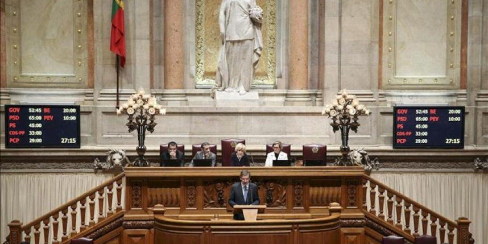 El primer ministro portugués, Pedro Passos Coelho (c), pronuncia un discurso durante la apertura del debate sobre los Presupuestos Generales del Estado para 2013 en el Parlamento, hoy, en Lisboa (Portugal). EFE