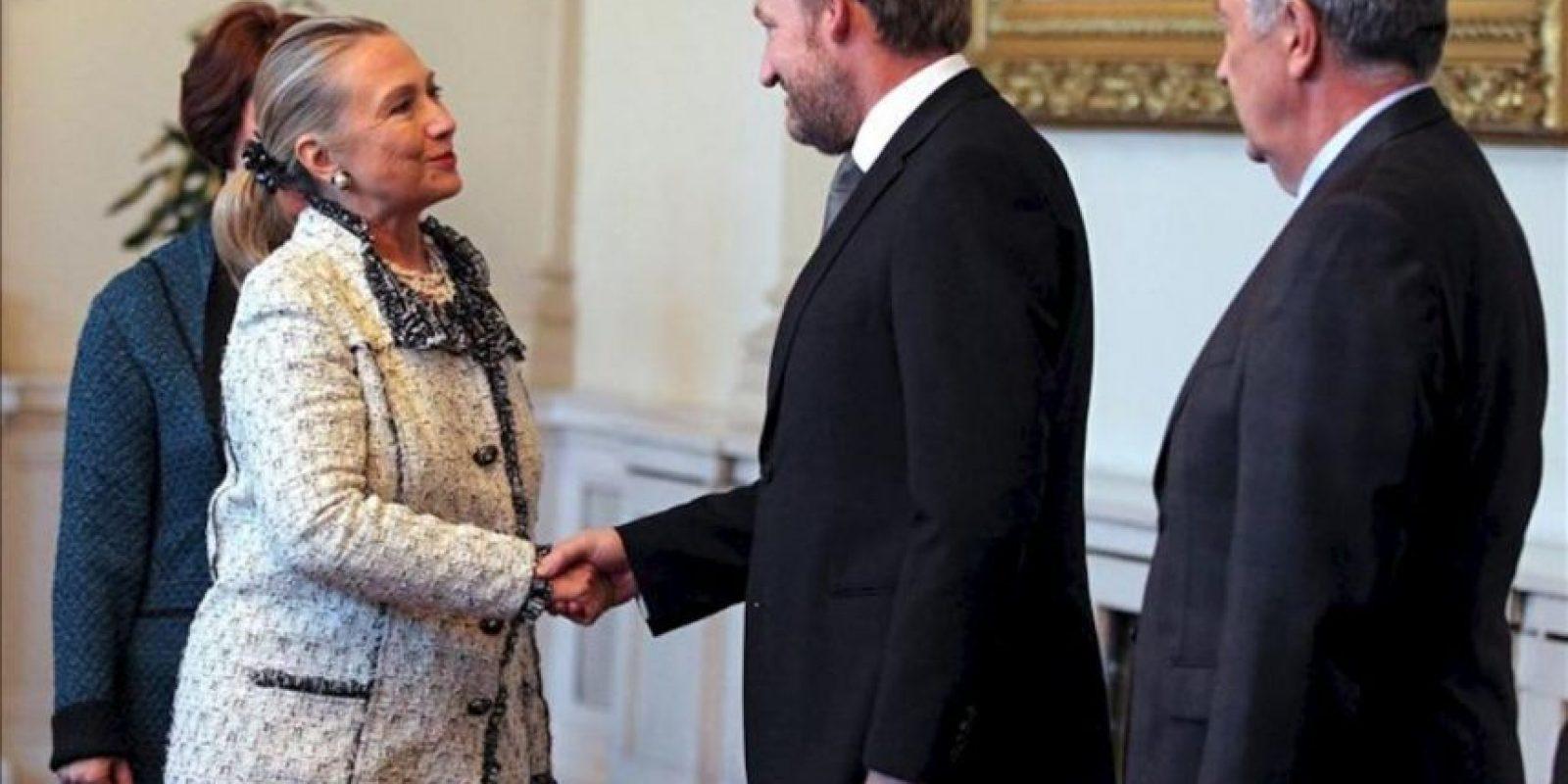 La secretaria de Estado estadounidense, Hillary Clinton (izq), estrecha la mano a dos presidentes de turno de la terna presidencial de Bosnia, el musulmán Bakir Izetbegovic (c) y al serbio Nebojsa Radmanovic (dcha) durante una reunión en Sarajevo (Bosnia-Herzegovina) hoy, martes 30 de octubre de 2012, al inicio de su gira por los Balcanes. En la gira, Clinton visitará Serbia, Kosovo, Croacia y Albania. EFE