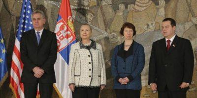 El presidente serbio Tomislav Nikolic, (i), la secretaria de Estado de EEUU, Hillary Clinton, (2i), la jefa de la diplomacia europea, Catherine Ashton (2d) y Bakir Izetbegovic, posan para los los medios en Belgrado, Serbia, hoy, martes, 30 de octubre de 2012. EFE