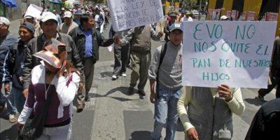 Comerciantes protestan, en La Paz (Bolivia), contra un proyecto de ley del Gobierno del presidente Evo Morales para confiscar bienes de personas supuestamente implicadas en contrabando, narcotráfico, corrupción y enriquecimiento ilícito. EFE