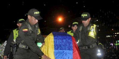 Miembros de la policía participan en la ceremonia fúnebre de seis compañeros en Cali (Colombia). Los policías murieron en un ataque de la guerrilla Fuerzas Armadas Revolucionarias de Colombia (FARC), EFE