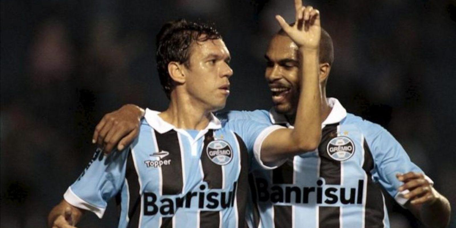 El jugador de Gremio, Marco Antonio (i), celebra con su compañero Naldo después de anotar contra Millonarios durante un juego en los cuartos de final de la Copa Sudamericana en el estadio Olímpico en la ciudad de Porto Alegre en el sur de Brasil. EFE