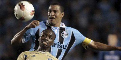 El jugador de Gremio, Gilberto Silva (atrás), disputa un balón con el jugador de Millonarios, Wason Renteria, durante un juego en los cuartos de final de la Copa Sudamericana en el estadio Olímpico en la ciudad de Porto Alegre en el sur de Brasil. EFE
