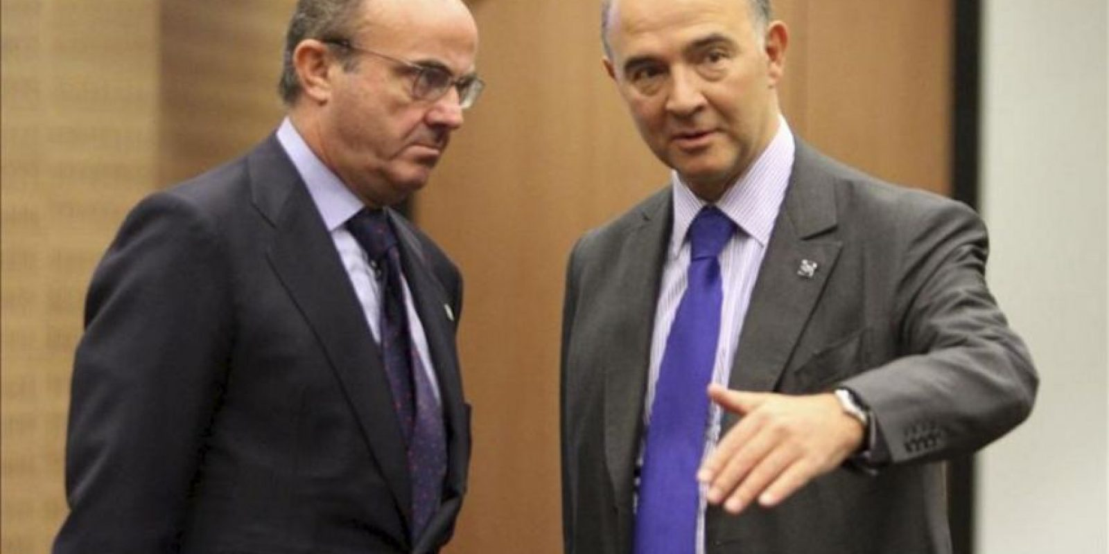 El ministro español de Economía, Luis de Guindos (izda) conversa con el ministro francés de Finanzas Pierre Moscovici (dcha), durante la reunión informal de ministros de Finanzas del Eurogrupo celebrada en Nicosi (Chipre). EFE/Archivo