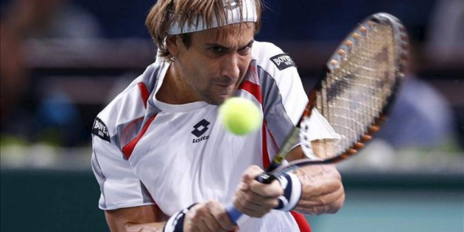 El tenista español David Ferrer devuelve la bola a su compatriota Marcel Granollers durante el partido del torneo Masters 1000 de Paris-Bercy disputado hoy en París (Francia). EFE
