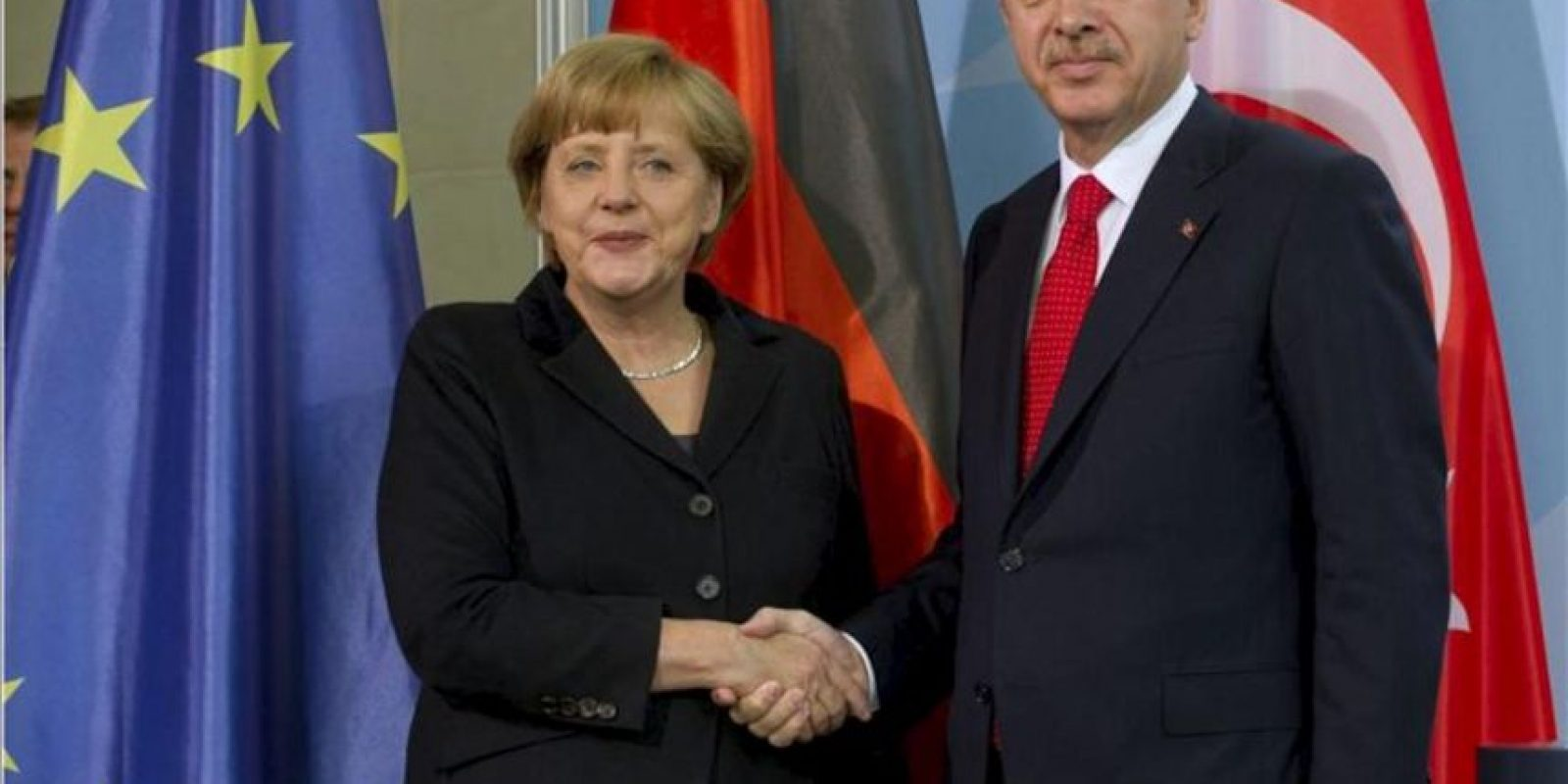 La canciller alemana, Angela Merkel (izq), estrecha la mano al primer ministro turco, Recep Tayyip Erdogan (dcha), tras dar una rueda de prensa en la Cancillería en Berlín (Alemania) hoy, miércoles 31 de octubre de 2012. EFE