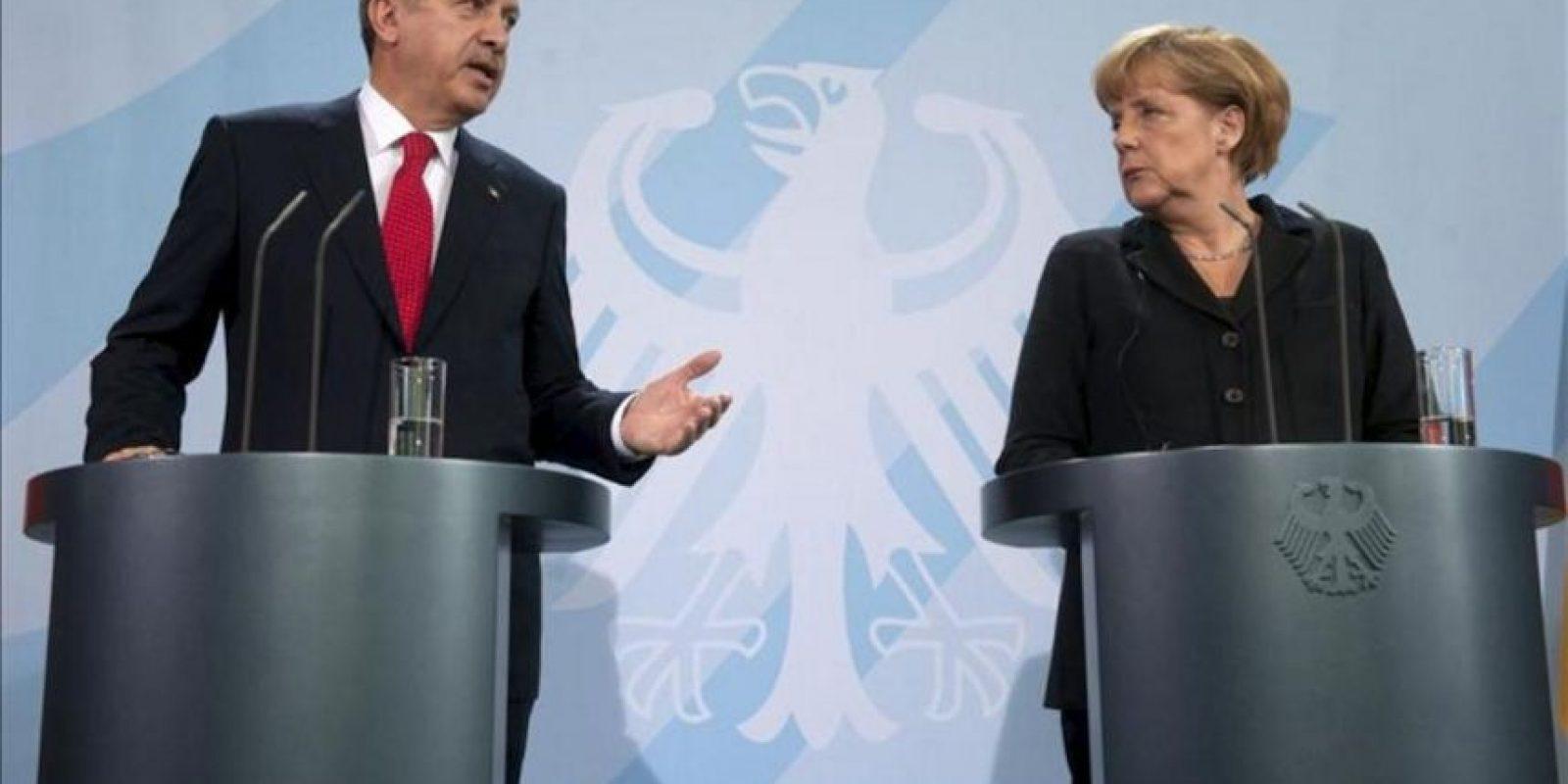 La canciller alemana, Angela Merkel (dcha), y el primer ministro turco, Recep Tayyip Erdogan (izq), dan una rueda de prensa tras la reunión mantenida por ambos responsables en la Cancillería en Berlín (Alemania) hoy, miércoles 31 de octubre de 2012. EFE
