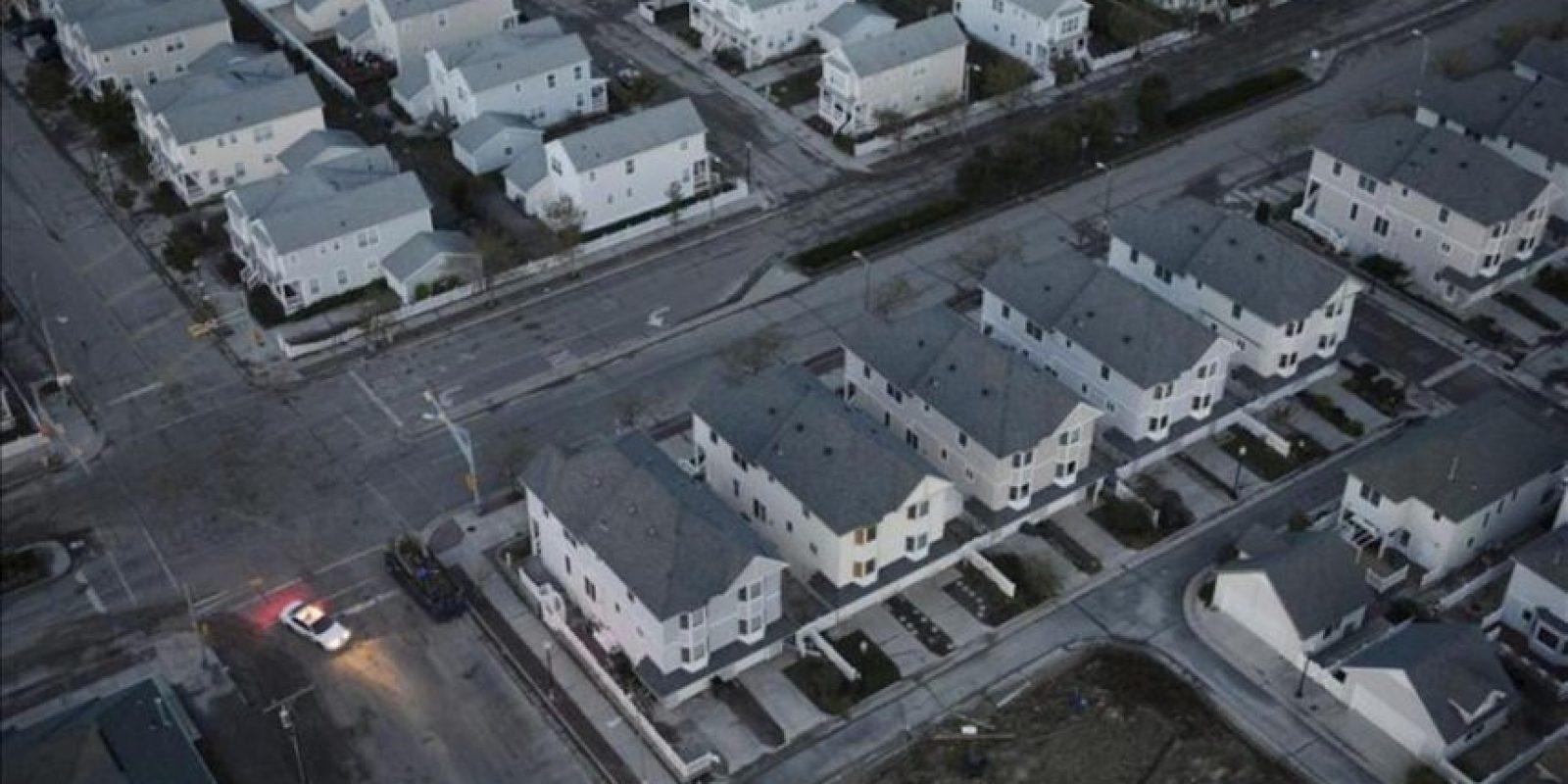 """Vista aérea de un conjunto de viviendas situados en primera línea costera y que permanecen sin suministro eléctrico tras el azote del huracán """"Sandy"""" en Atlantic City, en el estado de Nueva Jersey, EE.UU.. EFE"""