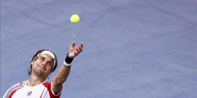 El tenista español David Ferrer saca la bola ante su compatriota Marcel Granollers durante el partido del torneo Masters 1000 de Paris-Bercy disputado hoy, miércoles 31 de octubre de 2012 en París (Francia). EFE