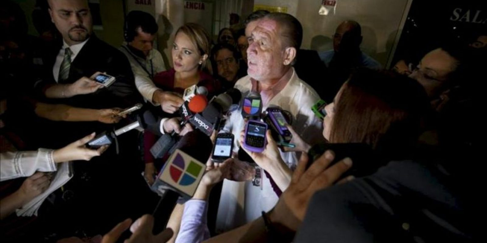 Ernesto Torres, director del Centro Médico, da declaraciones a la prensa en San Juan, Puerto Rico, luego de atender al excampeón de la Organización Mundial de Boxeo, quien se encuentra recluido en estado crítico a consecuencia del balazo que recibió por la noche. EFE