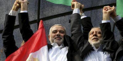 El alto dirigente de Hamás Ismail Haniyeh (izda) celebra el alto al fuego anunciado que pone fin a los ocho días de violencia entre Israel y la Franja de Gaza hoy, jueves 22 de noviembre de 2012 en Gaza. EFE