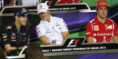 En la imagen (i-d), el piloto alemán Sebastian Vettel, de la escudería Red Bull; el alemán Michael Schumacher, de Mercedes, y el español Fernando Alonso, de Ferrari, en una rueda de prensa, este 22 de noviembre, en el autódromo de Interlagos en la ciudad de Sao Paulo (Brasil). EFE