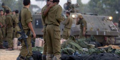 Unos soldados israelíes recogen sus pertenencias para abandonar la base militar donde trabajaban, en la frontera con la Franja de Gaza, Israel hoy, jueves 22 de noviembre de 2012. Hoy es el primer día de tregua tras ocho días de bombardeos que han dejado 164 muertos, unos 1.300 heridos y cuantiosos daños materiales. EFE