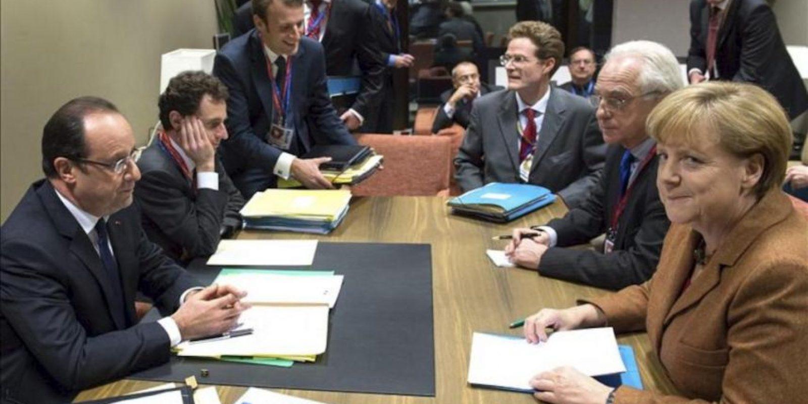 El presidente de Francia, François Hollande (I), y la canciller de Alemania, Angela Merkel (d), charlan en una cumbre bilateral en la se de la UE en Bruselas, Bélgica hoy. EFE