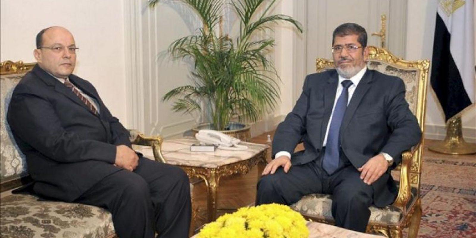 Imagen cedida por la Presidencia Egipcia del presidente Mohamed Morsi (d) se reúne con el nuevo fiscal general Talat Ibrahim (i) en El Cairo, Egipto hoy, jueves 22 de noviembre de 2012. EFE