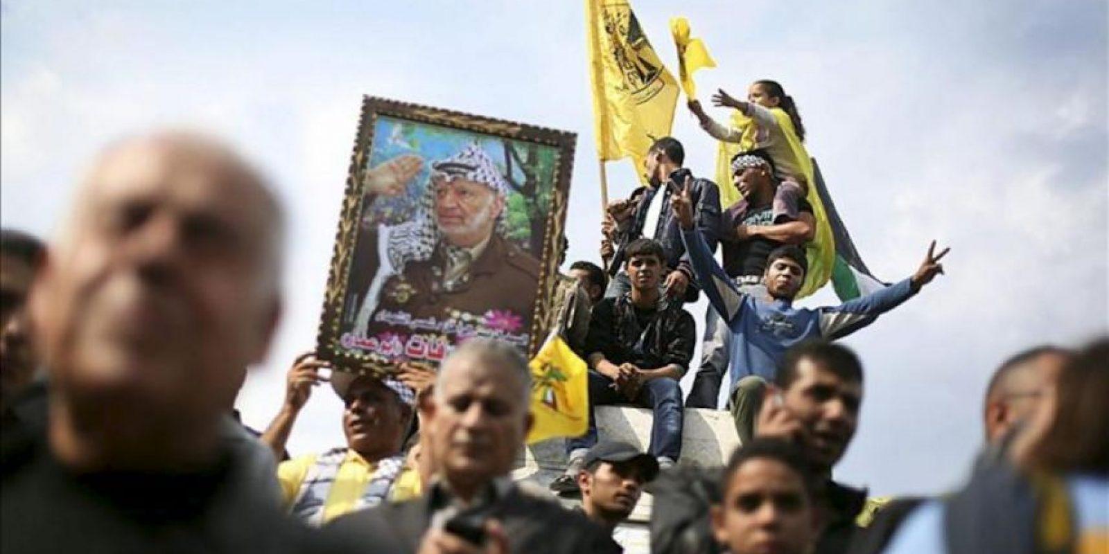Varias personas celebran el anuncio del alto el fuego en la ciudad de Gaza, Gaza hoy 22 de noviembre de 2012. EFE