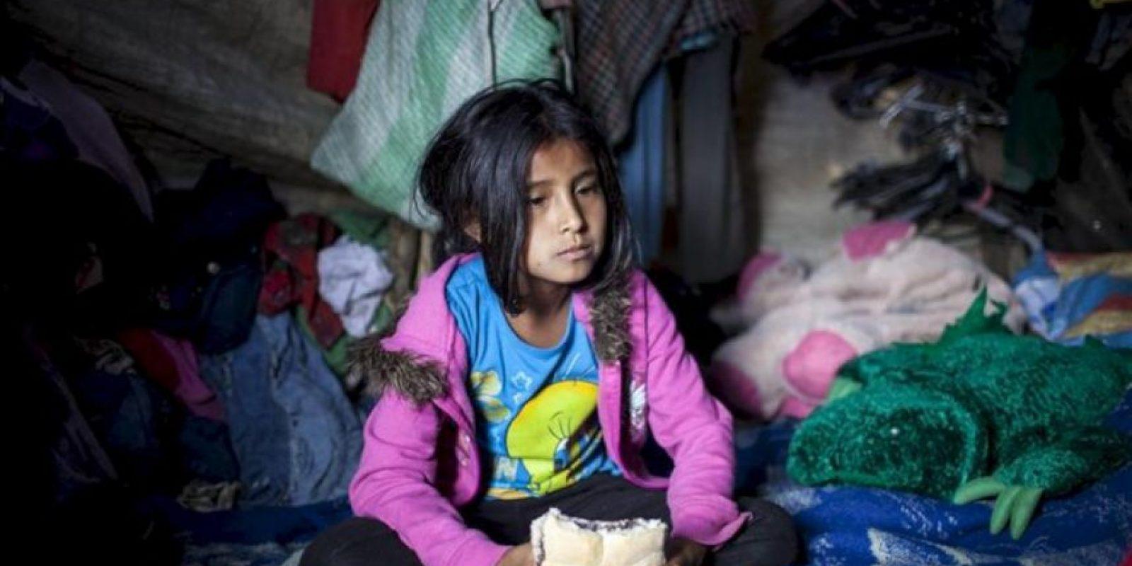 Una niña come un pan con frijoles dentro de su vivienda en un asentamiento de la periferia de Ciudad de Guatemala. Guatemala es uno de los países de América Latina más afectado por el hambre, según la Organización de las Naciones Unidas para la Agricultura y la Alimentación (FAO). EFE