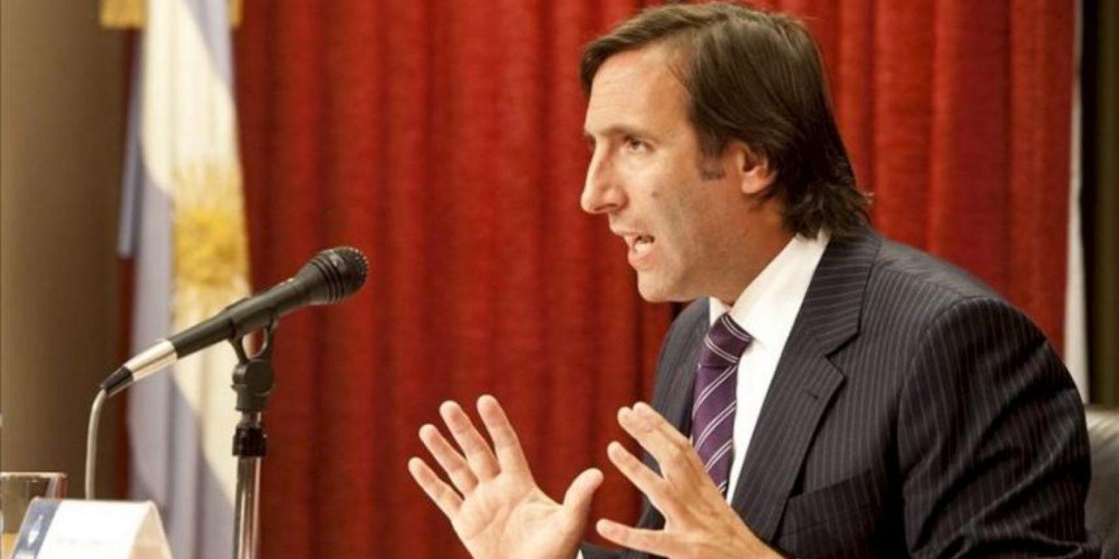 Fotografía cedida por el Ministerio argentino de Economía del titular de esta cartera, Hernán Lorenzino, durante una rueda de prensa este 22 de noviembre, en Buenos Aires. EFE