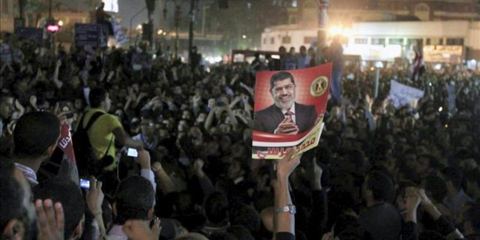 Seguidores de los Hermanos Musulmanes y del presidente egipcio, Mohamed Mursi, frente a la máxima corte del país en El Cairo después de que el mandartario haya blindado sus poderes ante la justicia. EFE