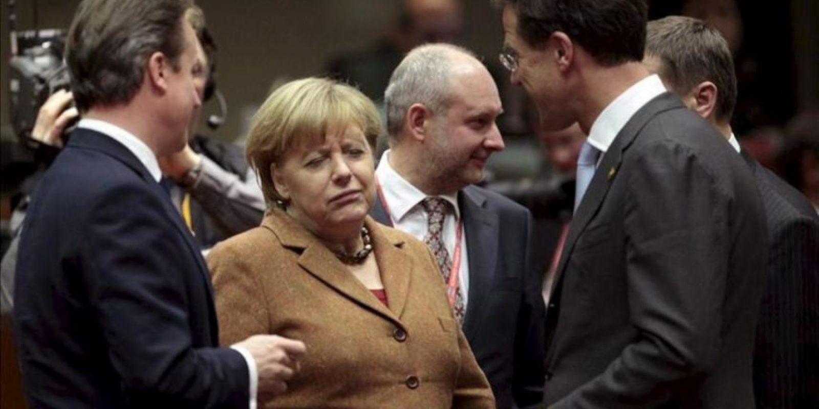 La canciller alemana, Angela Merkel, habla con el primer ministro británico, David Cameron, y el de Dinamarca, Mark Rutte, durante la cumbre extraordinaria para negociar el presupuesto plurianual para 2014-2020. EFE
