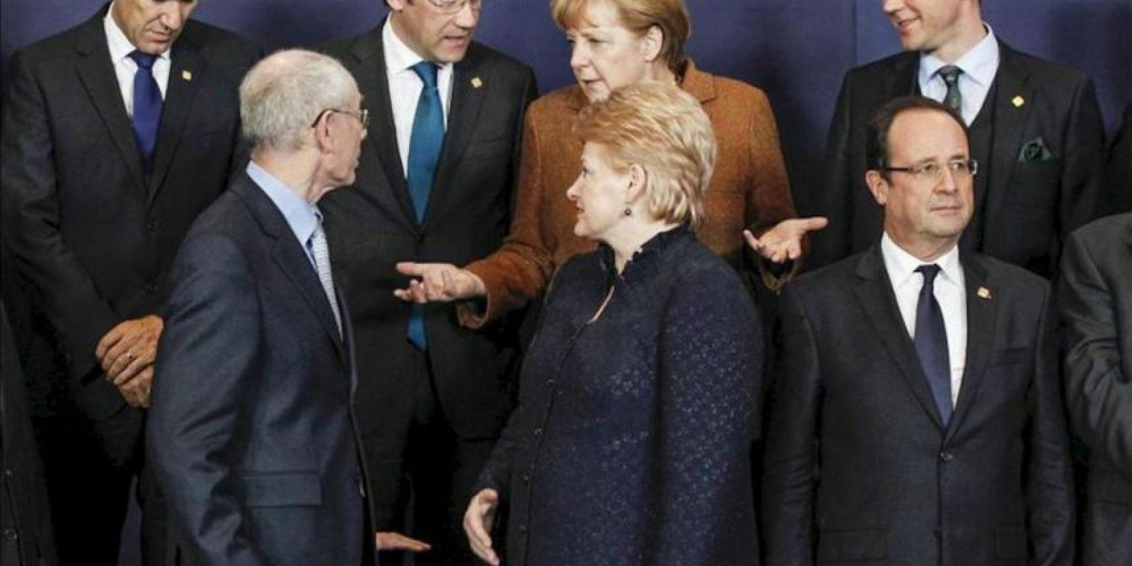 El presidente del Consejo Europeo, Herman Van Rompuy, conversa con la canciller alemana, Angela Merkel, durante la cumbre extraordinaria para negociar el presupuesto plurianual para 2014-2020. EFE