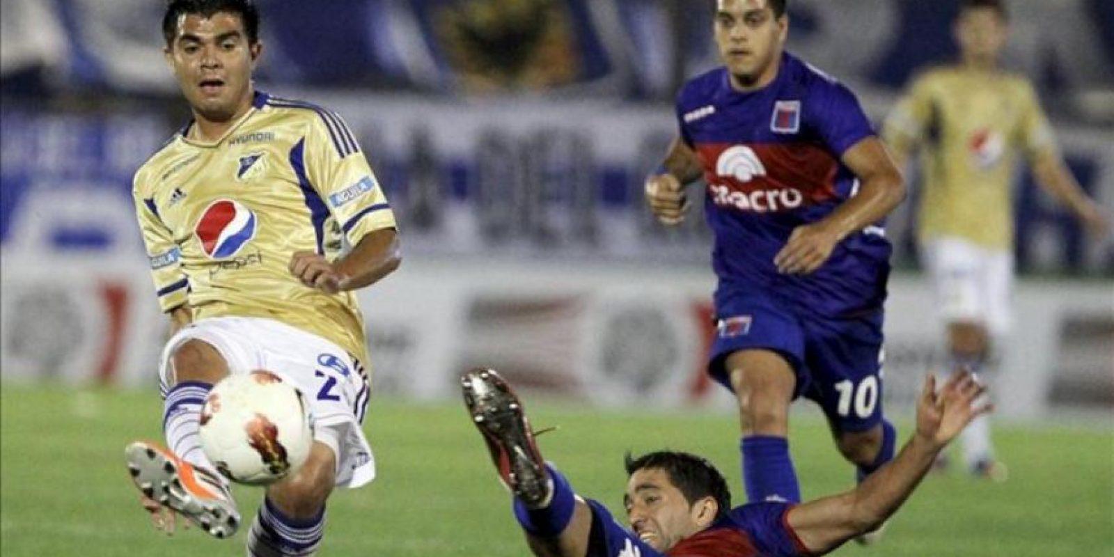 Jose Harrison Otalvaro (i) del equipo colombiano de los Millonarios patea el balón ante Diego Ferreira (d) de Tigre de Argentina, durante el partido de ida de semifinales de la Copa Sudamericana, disputado en Sao Paulo. EFE