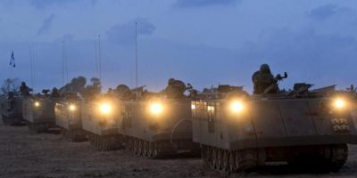 Soldados israelíes abandonan con sus tanques una base militar en la frontera de Beeri, Israel, ayer jueves. EFE