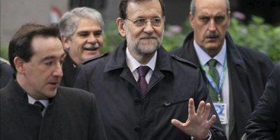 El presidente del Gobierno español, Mariano Rajoy (c), saluda a su llegada a la reunión con el presidente del Consejo Europeo, Herman Van Rompuy, hoy durante la segunda jornada de la de la cumbre extraordinaria sobre el presupuesto para 2014-2020 en Bruselas (Bélgica). EFE