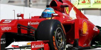 El piloto español Fernando Alonso, de la escudería Ferrari, conduce su monoplaza este 23 de noviembre, durante la primera práctica libre en el autódromo de Interlagos en la ciudad de Sao Paulo (Brasil). EFE