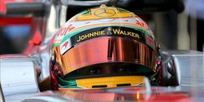 El piloto británico Lewis Hamilton, de la escudería McLaren, se prepara en su monoplaza este 23 de noviembre, en la primera práctica libre en el autódromo de Interlagos en la ciudad de Sao Paulo (Brasil). EFE