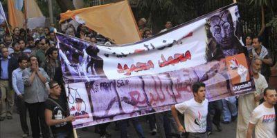 Manifestantes egipcios participan en una protesta organizada por la oposición contra las últimas decisiones del presidente, Mohamed Mursi, que ayer ordenó el blindaje para hoy de sus poderes ejecutivos y legislativos ante la Justicia en El Cairo (Egipto). EFE