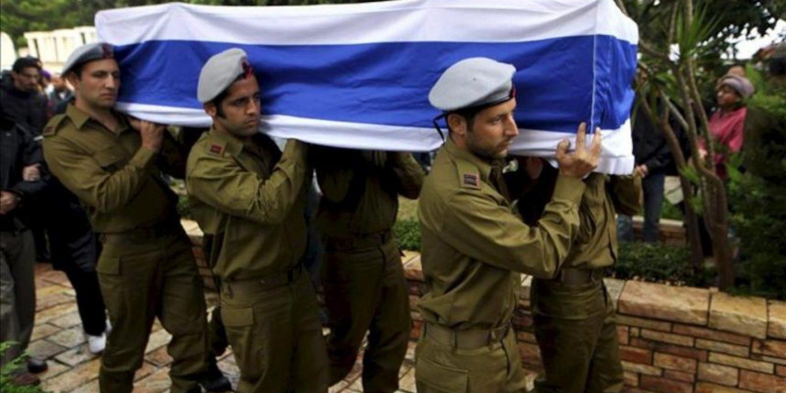 Soldados israelíes portan el féretro del soldado de reserva israelí Boris Yarmolnik, de 28 años, durante su funeral hoy en el cementerio militar de Netanya, Israel, el 23 de noviembre de 2012. EFE