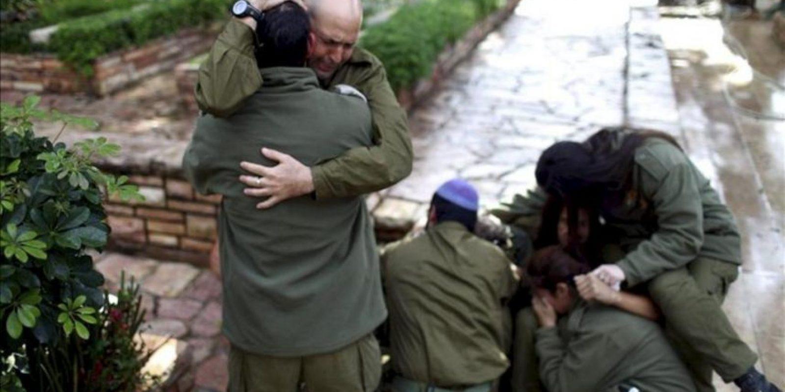 Soldados israelíes, amigos del soldado de reserva israelí Boris Yarmolnik, de 28 años, se abrazan durante su funeral hoy en el cementerio militar de Netanya (Israel). EFE
