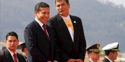 El presidente de Perú, Ollanta Humala (i), es recibido por su homólogo ecuatoriano, Rafael Correa (d), este 23 de noviembre, en el aeropuerto Mariscal Lamar, en Cuenca (Ecuador). EFE