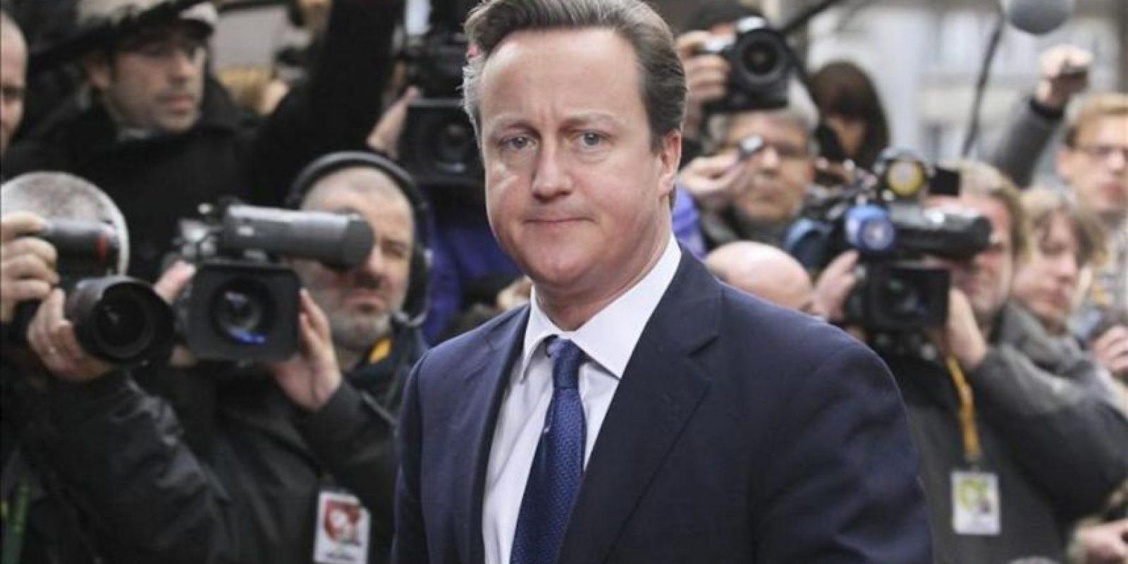 El primer ministro británico, David Cameron, a su llegada a la reunión con el presidente del Consejo Europeo, Herman Van Rompuy, durante la segunda jornada de la de la cumbre extraordinaria sobre el presupuesto para 2014-2020 en Bruselas (Bélgica) hoy. EFE