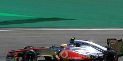 El piloto británico Lewis Hamilton, de McLaren, conduce su monoplaza, durante las prácticas libres en el autódromo de Interlagos en la ciudad de Sao Paulo (Brasil), donde se celebrará el próximo domingo 25 la última carrera del Mundial 2012 de Fórmula Uno, el Gran Premio de Brasil. EFE
