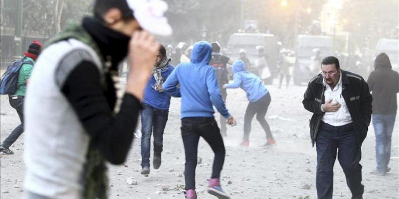 Manifestantes egipcios opositores y simpatizantes del presidente egipcio, Mohamed Mursi, lanzan piedras contra agentes de policía antidisturbios, durante enfrentamientos en la céntrica plaza Tahrir de El Cairo, Egipto, el 23 de noviembre de 2012. EFE